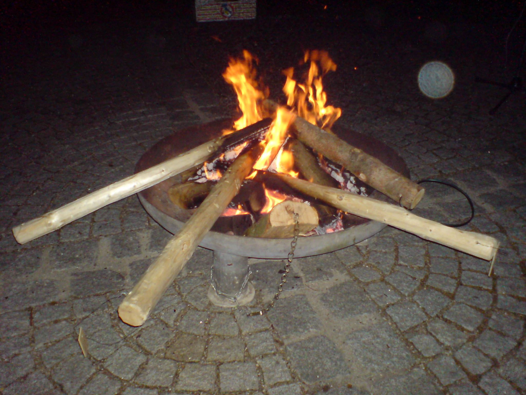 Ins Feuer gelegte Osterprügel.